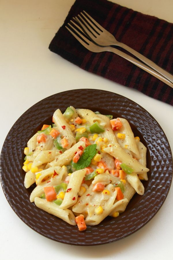 white sauce pasta recipe - tasty and easy to make pasta in white sauce and vegetables.  Can be easily made at home with very few ingredients.   #pasta #food #recipes #vegetarian #whitesauce