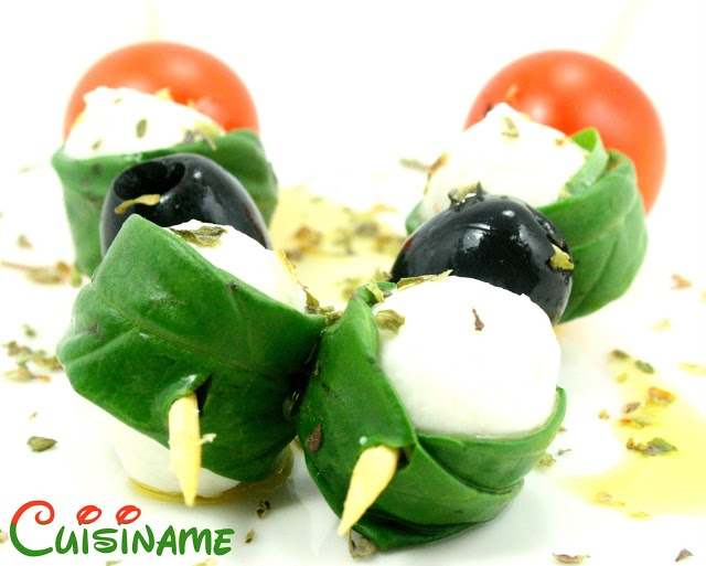 Una deliciosa brocheta de queso mozzarella, tomate cherry, albahaca y aceitunas. Unos aperitivos fáciles y originales.