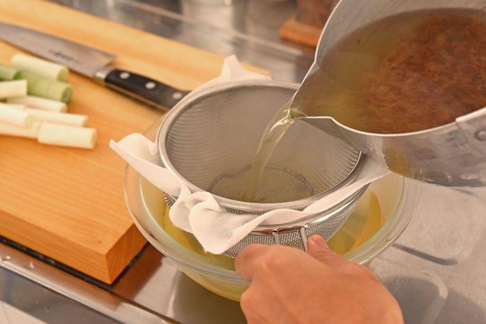 今回の献立ではだし汁を使うレシピが「長芋の煮物」「きつねうどんのあげ」「うどんつゆ」と三品あります。それぞれの分量を計算してまとめてとっておくと効率的。うどんつゆは雑節の方が旨味やコクが強まりますが、すべてのだし汁をベーシックな「昆布とかつお節」のだしにしてもOK。