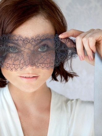 i feel like i need to incorporate this lace 'blindfold' into my next halloween costume. Such a pretty effect.