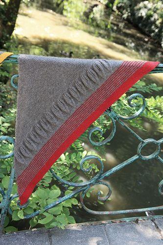 Fraternal twin (with leaves) - knitted shawl Faux jumeau (avec des feuilles) - châle tricoté
