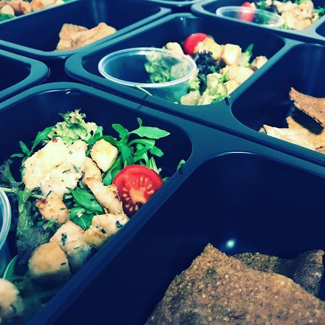 Kuratko na salatku se spaldovymi krekry. Dle ohlasu zaradime asi casteji  Pridejte se k nam i vy! Objednavejte na http://bit.ly/2E7Z4ps  #trebic #krabicky #jimezdrave #fitfood #fitness #zdravestravovani #gymfood #jidlo #eatclean #healthyfood #foodie #yummyfood #dnesjem #instafood #instadaily #salad #foodporn #food4life