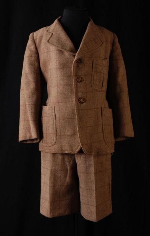 Tweedelig jongenspak van beige-bruin geruite wol, jas (1) en korte broek (2) | Modemuze