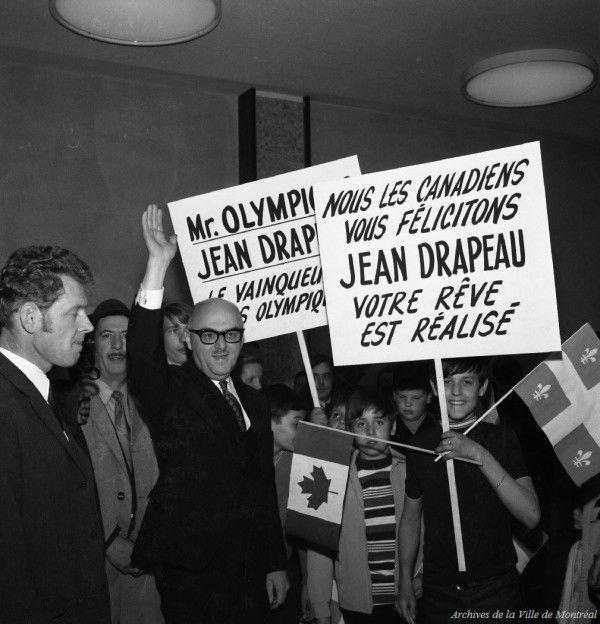 Arrivée du maire Jean Drapeau à l'aéroport de Dorval après l'obtention des Jeux, mai 1970