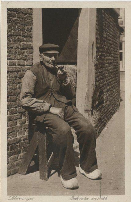 Bejaarde Scheveningse visser rookt een pijpje op de stoep voor zijn huisje. ca 1920 J. van der Markt, Scheveningen, nr. 366 #ZuidHolland #Scheveningen