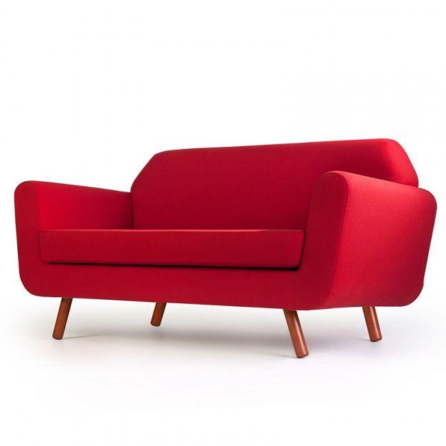 Op zoek naar een eye-catcher? Dan is deze rode bank zeker iets wat zou kunnen werken in jouw interieur! - Makeover.nl