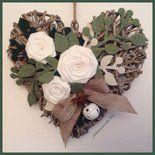 Cuore di vimini tinta naturale con rose di lino bianco e rametti di feltro verdi