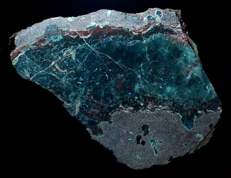 Toto je modrý křemen. Velikost vzorku: 80 x 70 mm.