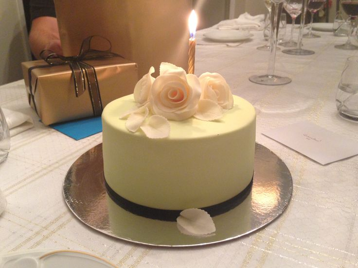 Green fondant with modelling chocolate roses and leaves