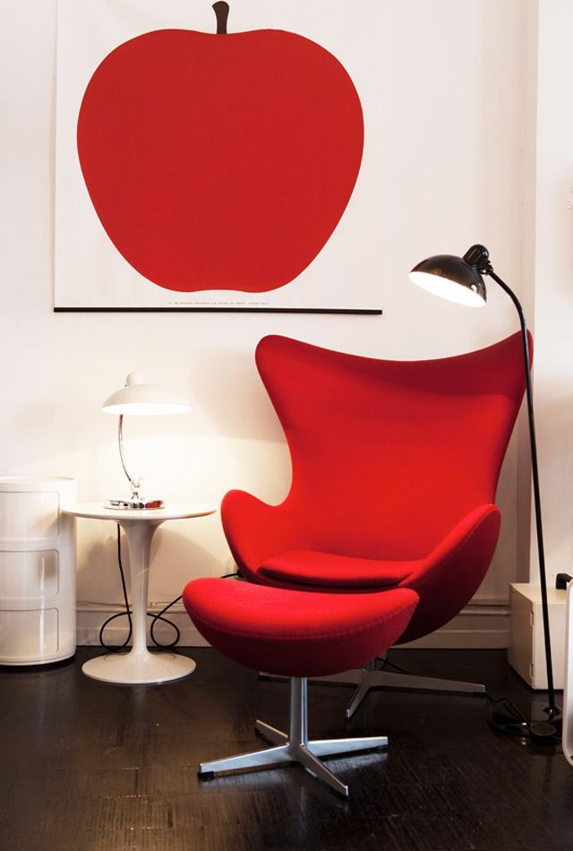 Egg chair in wit/rood omgeving