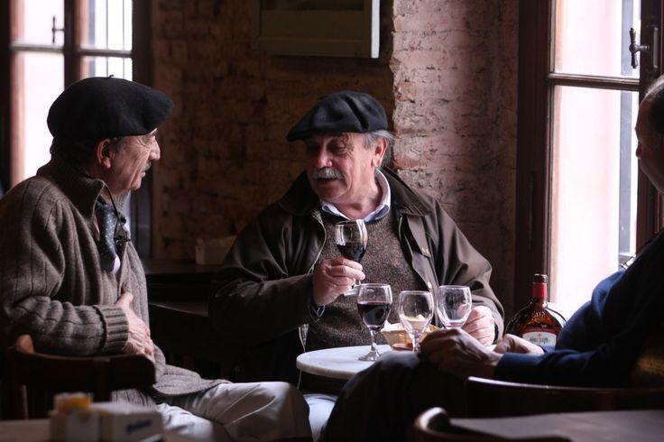 Historias y nostalgias en sus mesas, sillas, barras y estanterías. Un autentico bar-museo en el corazón del casco histórico de Areco.