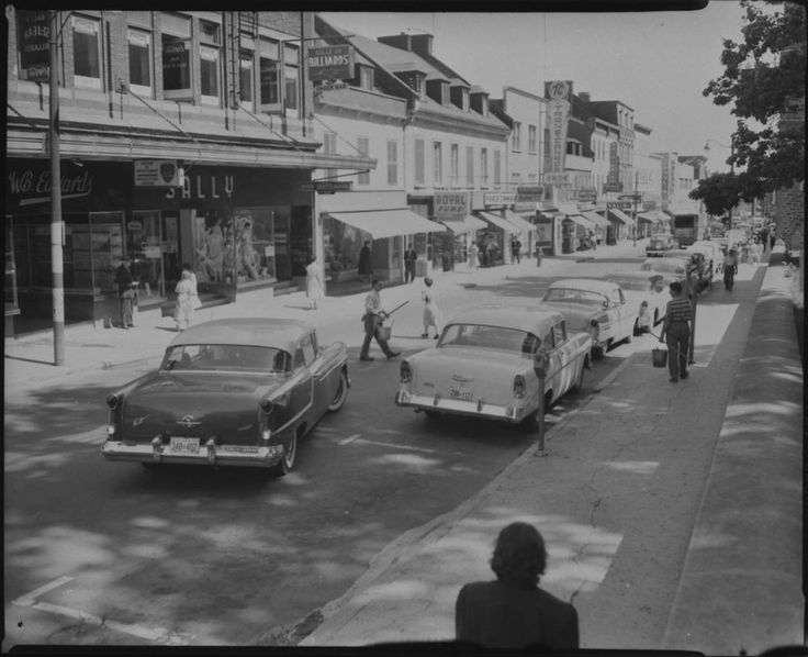 La rue Saint-Jean, l'artère commerciale du quartier, en 1958. (View of St. John Street, William B. Edwards, 6 Aug. 1958, , MIKAN 3330331, BAC)