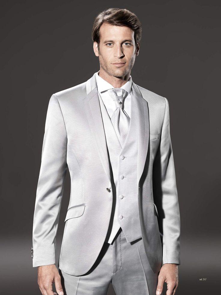 Traje de novio de la firma Sandro Sellini en gris perla satinado con un elaborado trabajo de insercion de tejidos en tapa de cuello y solapa. Disponible en www.sastreriacampfaso.es