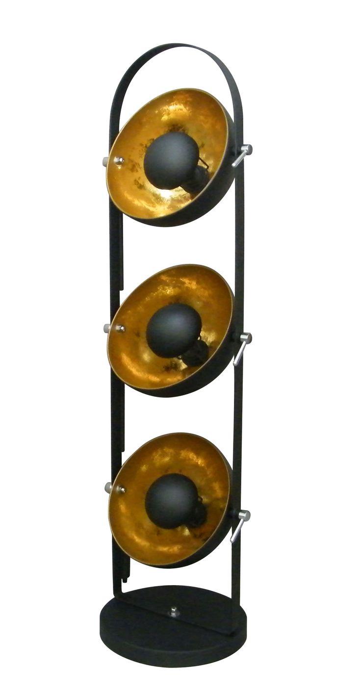 Potrójna lampa podłogowa Zuma Line Antenne to nowość w dobrze znanej i cenionej przez klientów rodzinie lamp Antenne. Odpowiadając na zapotrzebowanie stworzyliśmy lampę, która doskonale prezentuje się i daje jeszcze więcej światła wszędzie tam, gdzie potrzeba lampy użytecznej i pięknej.