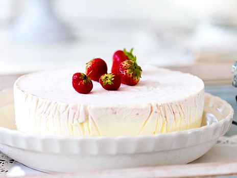 Vit choklad- och jordgubbstårta | Köket.se