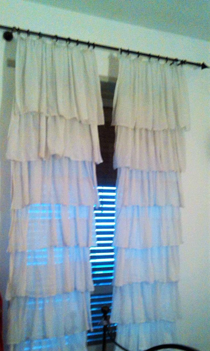 Restyling Tende da tende... ero solita comprare le tende meno costose possibili all'IKEA, per metterle nelle verande, bene, per la camera, volevo qualcosa di più romantico... ho riutilizzato 4 pannelli per fare queste tende. Giuro che dal vivo rendono moooolto di più.