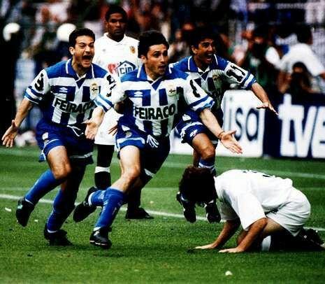 En primer térmimo Alfredo Santaelena celebra el gol que anotó ante el Valencia y que supuso la primera Copa del Rey para el Deportivo de La Coruña. A la izquierda Manjarín y a la derecha Bebeto. Año 1995.