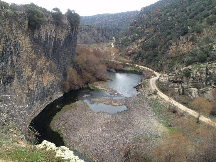 """Adala(Hermos) kanyonu/Salihli/Manisa/// divlit isimli yanardağının patlamasıyla oluşmuş. 26 bin yıl önce yanardağı patlıyor, bölgede büyük yarıklar oluşuyor. Bu noktada da derin bir vadi oluşuyor. Daha sonra 1950 yıllarında Demirköprü barajı yapılınca, barajın suyu bu vadiden Gediz havzasına ulaşıyor. Böylelikle ortaya bu eşiz güzellik çıkıyor."""""""