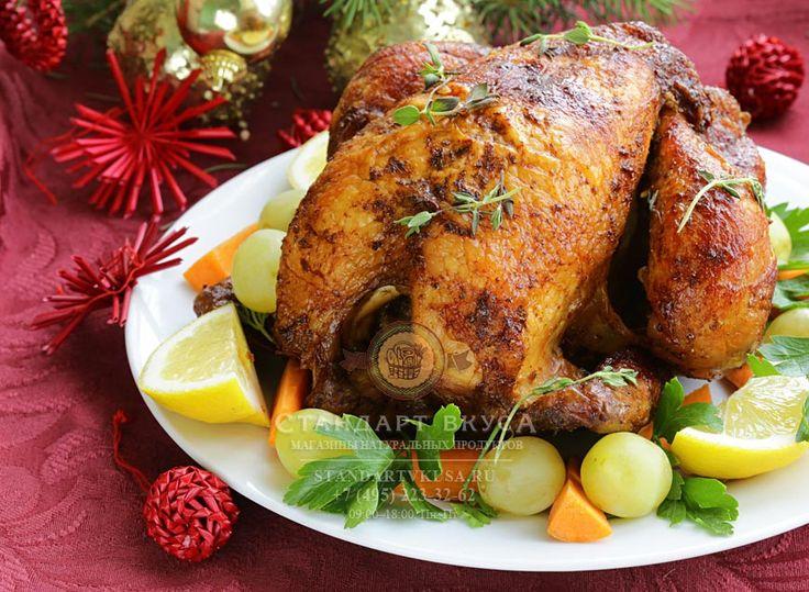 Запеченная фаршированная курица  http://standartvkusa.ru/statyi/novogodniy-stol/zapechennaya-farshirovannaya-kurica/