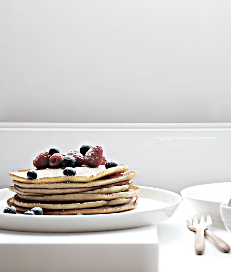 Pancakes served in anne black plates