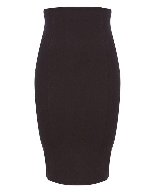 Marcando caderas Con mucha forma y en un tono negro, esta falda tubo es de Pull & Bear (12,99 €).