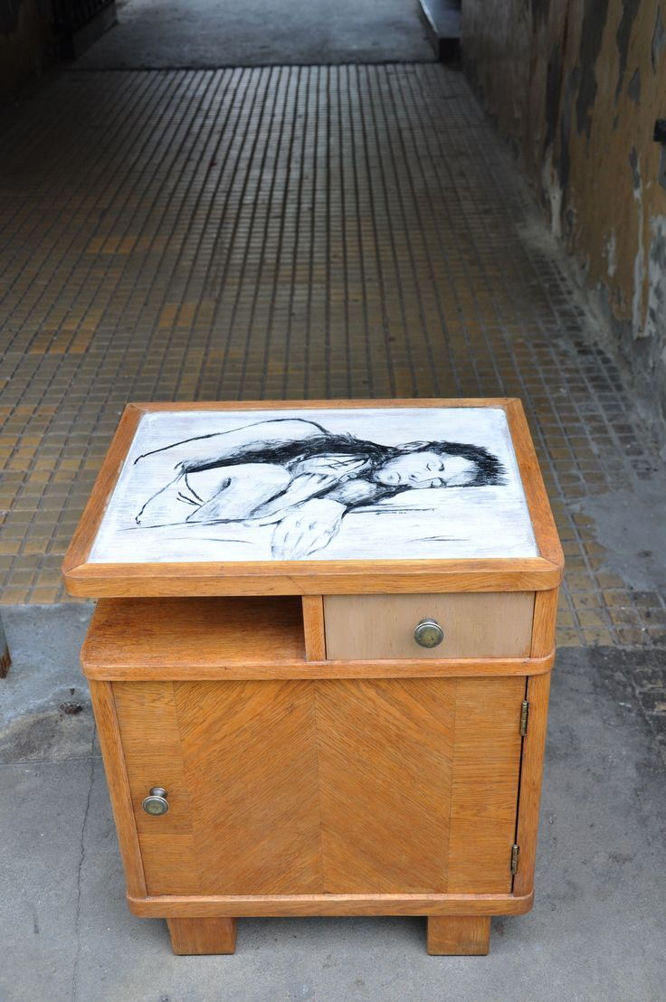 szafka nocna z ręcznie malowanym blatem http://dwiebaby.pl/zrealizowane-projekty/