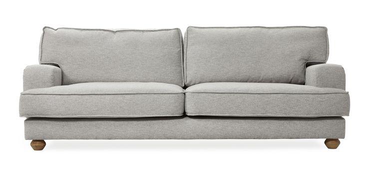Lopez är en generös soffa i modern howard stil. Den har en avslappnad attityd och skön komfort. Lopez är en soffa med många genomtänkta detaljer. Benen är lätt klotformade, plymåerna har en keder runt om och är stoppade med fjäderblandning vilket gör soffan härligt mjuk att sätta sig i.