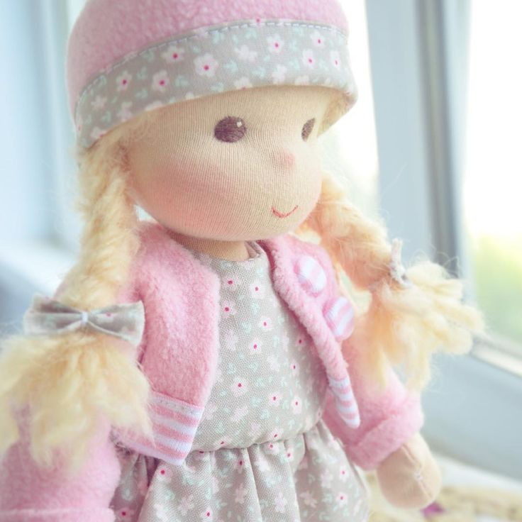 Детская игровая куколка в серо-розовом💖 🎀В НАЛИЧИИ🎀 🌸Рост: 26-27 см 🌸Цена: 3500₽ 🌸В комплекте: куколка, платье-туничка, шапка, кофта, лосины, балетки, 2 бантика для волос.  #кукла #текстильнаякукла #вальдорфскаякукла #куклакупить #куклатекстильная #куклатильда #тильда #handmade #тедди #babygirl #люблюдочку #доченька #дочка #принцесса #милашка #рождениеребенка #подарокдевочке #малышка #ярмаркамастеров #таруса #годовасие #деньрожденияребенка #waldorfdoll #babygirl #dother #большеножка…