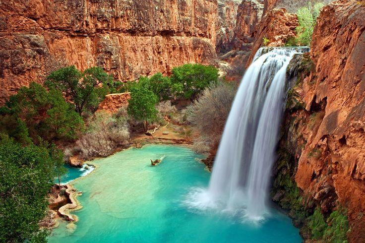 #6 Mega waterval De rode wanden van de Grand Caynon. Het azuurblauwe meer. En een megagrote vallende waterstroom. Samen: de kleurrijke Havasu Falls in Arizona. Adembenemend mooi!