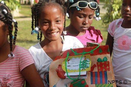 Recevoir des lettres, des cadeaux des parrains/marraines de France, un réel bonheur pour nos enfants, un lien est tissé.