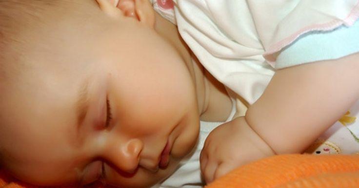 Cómo hacer que un bebé duerma toda la noche. Al convertirte en padre por primera vez, puedes encontrarte sorprendido por todas las personas que quieren darte consejos y todas las fuentes de asesoramiento experto. Encontrarás una gran cantidad de información contradictoria acerca de cada aspecto de la crianza de los hijos, sobre todo el tema de los hábitos de sueño del bebé. A pesar de que se ...