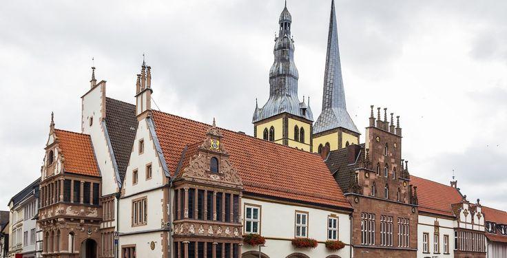 Lemgo (Nordrhein-Westfalen): Lemgo ist Hochschulstadt und mit knapp 41.000 Einwohnern die drittgrößte Stadt des Kreises Lippe im Regierungsbezirk Detmold im Nordosten Nordrhein-Westfalens. Die Stadt liegt 25 km östlich von Bielefeld und gehört zur Region Ostwestfalen-Lippe.  Lemgo wurde 1190 an einem Kreuzungspunkt wichtiger Handelswege als Planstadt durch die Herren zu Lippe gegründet. Damit ist der Ort neben dem heute im Kreis Soest liegenden Lippstadt eine der ältesten lippischen Städte…