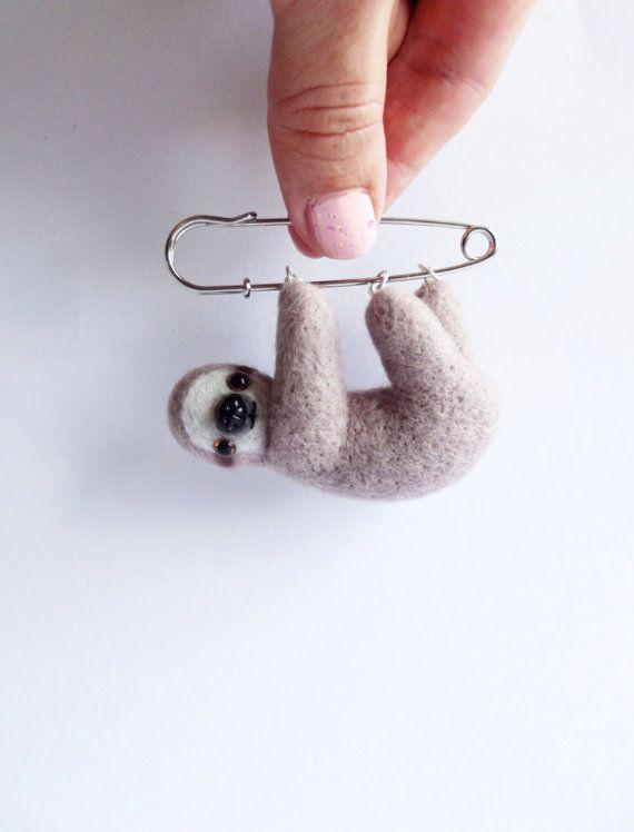 Nieuwsgierig Little Sloth, Hand Vilten Animal Broche, Dier, Pin, Sloth Broche, leuke sieraden / OP MAAT