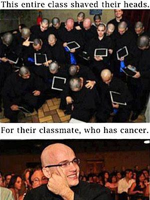 Την ημέρα της ορκωμοσίας, όλοι οι συμμαθητές του ξύρισαν τα κεφάλια τους ως ένδειξη συμπαράστασης στον καρκινοπαθή φίλο τους.