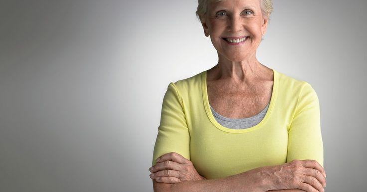 Escape durante a menopausa. Uma mulher tecnicamente atinge a menopausa 12 meses após seu último ciclo menstrual. O período anterior é chamado de perimenopausa, e é durante essa época que muitas mulheres sentem os sintomas e apresentam uma menstruação irregular. Um escape durante a menopausa pode ser causado por várias razões, e deve ser avaliado pelo seu médico.
