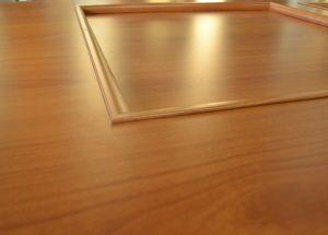 Particolare porta specchiata cieca finitura ciliegio , quando il laminato supera il legno