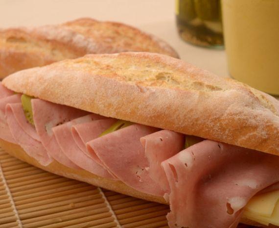 Sándwich de mortadela, pepinillos y queso pategrás