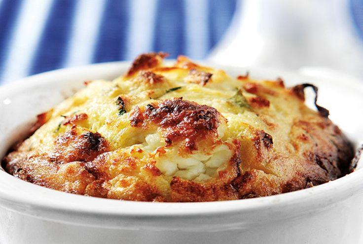 Θα σε ξετρελάνει! Σουφλέ πατάτας με πράσο και τυριά! Διαβάστε αναλυτικά την συνταγή… Απαιτούμενος χρόνος: 30 λεπτά Υλικά 4 μέτριες πατάτες 4 πράσα χονδρά 1 μέτριο κρεμμύδι 2 κουταλιές της σούπας άνηθο ψιλοκομμένο Περίπου ½ φλιτζάνι ελαιόλαδο 2 αυγά 1 φλιτζάνι γάλα 1 ½ φλιτζάνι τυριά χαμηλών λιπαρών τριμμένα (κατά προτίμηση ρεγγάτο και γκούντα) Αλάτι,