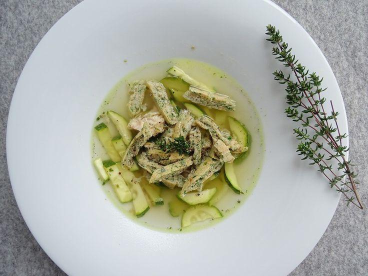 Low Carb Hühnersuppe mit Flädle. Schnell und einfach zubereitet. Rezept findet ihr auf meinem Blog https://schoenblick.wordpress.com/tag/suppe/