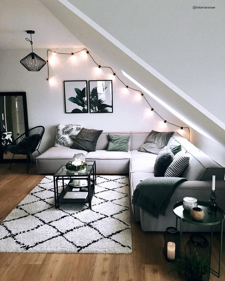 ◊Teppich-Trend mit marokkanischen Wurzeln!◊ Auch in diesem Wohnzimmer darf ein Beni Ourain Teppich nicht fehlen. Der Handgetufteter Wollteppich Naima mit den Rautenlinien überzeugt durch sein einzigartiges Design und sein flauschigen Komfort! 📷:@interiorxnow // Wohnzimmer Sofa Ideen Teppich Couchtisch Schwarz Grau Lichterkette Sessel Beistelltisch Kissen Samt Bilder Gallery Wall Nordisch Skandinavisch #Wohnzimmer #Wohnzimmerideen #Sofa #Couchtisch #Deko #Dekoration #Skandinavisch