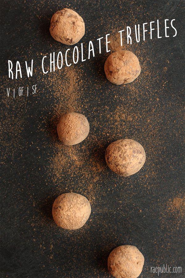 Raw veganistische chocolade truffels baby!  Serieus deze pups zijn twee ingrediënten en neem minuten te maken ... en slechts enkele minuten om te eten ... dus een dubbele batch voordat je spijt van krijgen.