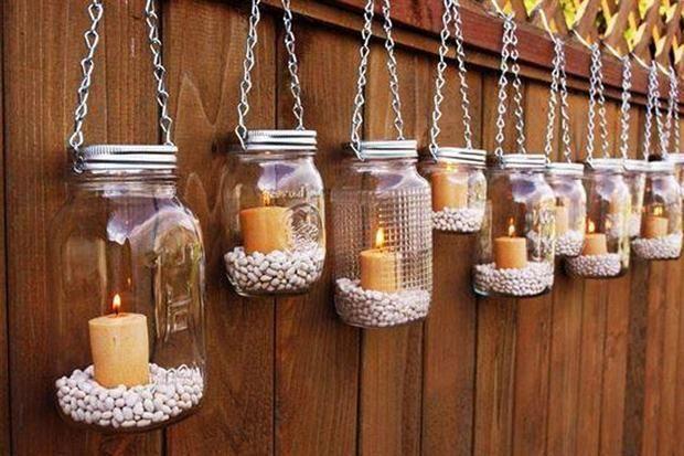 Reciclar frascos de vidrios como porta velas, base de legumbres, colgados o sobre una mesa del patio.