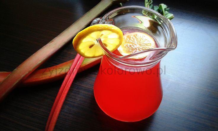 Kompot z rabarbaru: 2 łodygi rabarbaru, 2 jabłka, 0,5 – 1 szklankę malin, 0,5 szklanki mrożonej czerwonej porzeczki, Cytryna, 1,5-2 litry wody, Opcjonalnie cukier trzcinowy, miód, ksylitol czy liście stewii do osłodzenia.