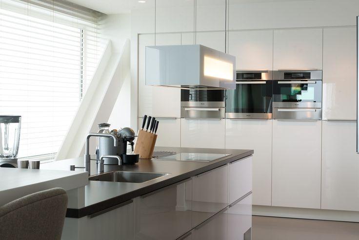 Deze moderne keuken heeft een ge ntegreerde bar tafel een kookeiland en een ingebouwde - Keuken back bar ...