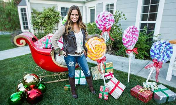Les cadeaux du Père Noël et des sucettes géantes pour décorer le jardin. 12 Magnifiques décorations extérieures de Noël qui vont vous inspirer