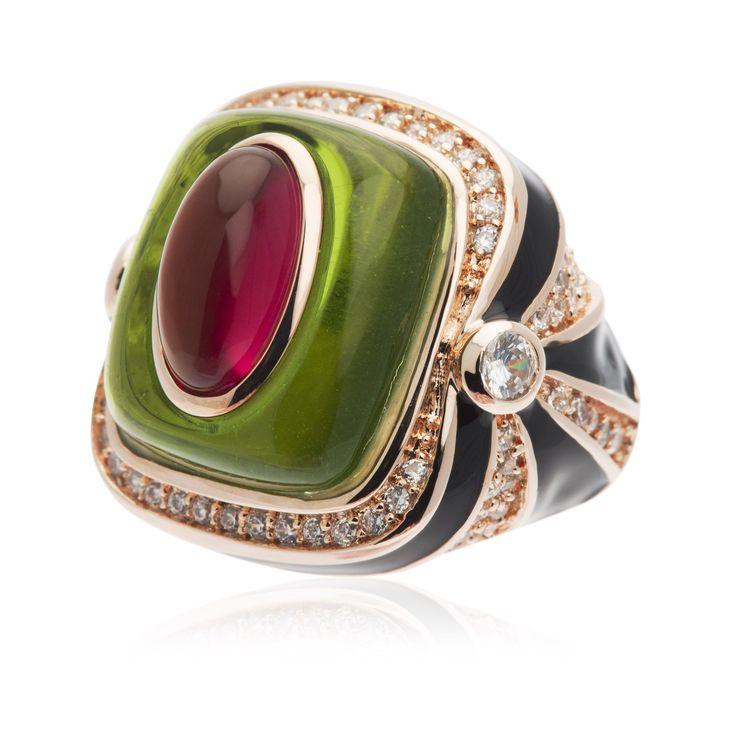 Cristina Sabatini,anello in ottone placcato oro rosa. Ècomposto da un gambo a fascia graduata, e da una parte superiore con resina lucidacontornatada una decorazione con smalto e zirconie.Colori intensi e forma sinuosa per un anello che regala fantasia al tuo look.