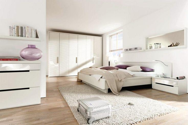 lit deux places, penderie design, commode blanc laqué et sol en parquet contrecollé