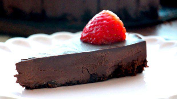 Vyzkoušejte nejjednodušší recept na dokonalý čokoládový koláč, který není moc sladký a zároveň je natolik uspokojivý, že se zavděčíte každému – a budete ho mít během 15 minut hotový. A to je prostě pecka!