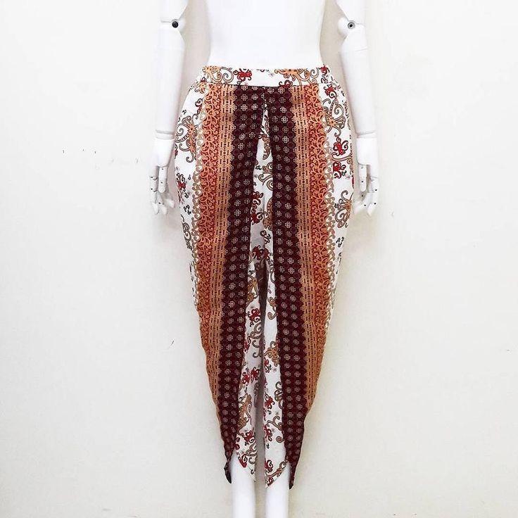 setelan batik ukuran allsize Detail ukuran celana lingk.pinggang: 62-106 panjang: 100  200 rb product details:  celana belah bahan katun proses batik karet belakang . . Serious order: WA :085643288400 Line: @vwz8296z BBM: 5e5f4e3a . . #batik #batikcap #batikunik #kualbatik #jogerbatik #celanabatik #hembatik #kainbatik #jumputan #jumputanhandamde #garutan #garutanmurah #seragambatik #kulotbatik #dressbatik #batiksolo #batikjogja #batikpekalongan #stelanbatik