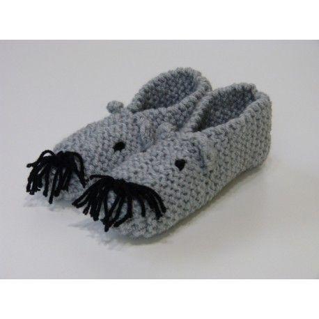 Chaussons souris grise pour enfant. Pantoufles d' intérieur tricoté tout point mousse en laine acrylique épaisse et chaude. Chaussons de couleur gris coloris mixte. Rigolo ! avec 2 petits yeux noirs & moustaches noires . Taille 28 au 29 , lavage 30°.